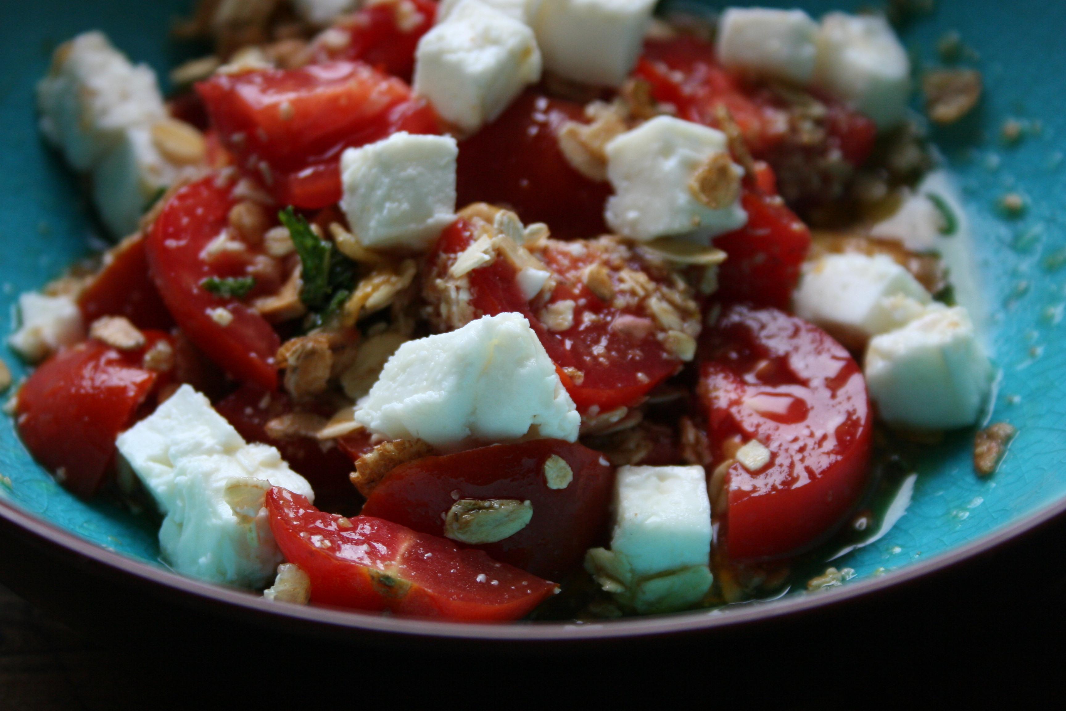 Insalata di pomodori, feta, menta e lime