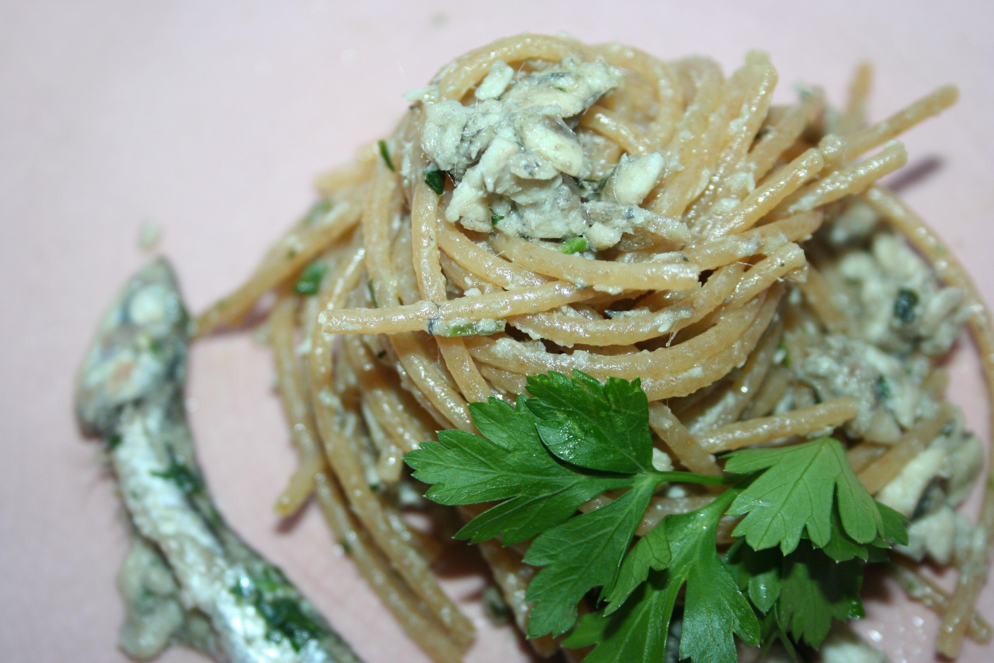 """Spaghetti integrali con """"ragù"""" di acciughe, in bianco"""