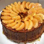 Chiffon cake mandarino e curcuma con una copertura di caramello
