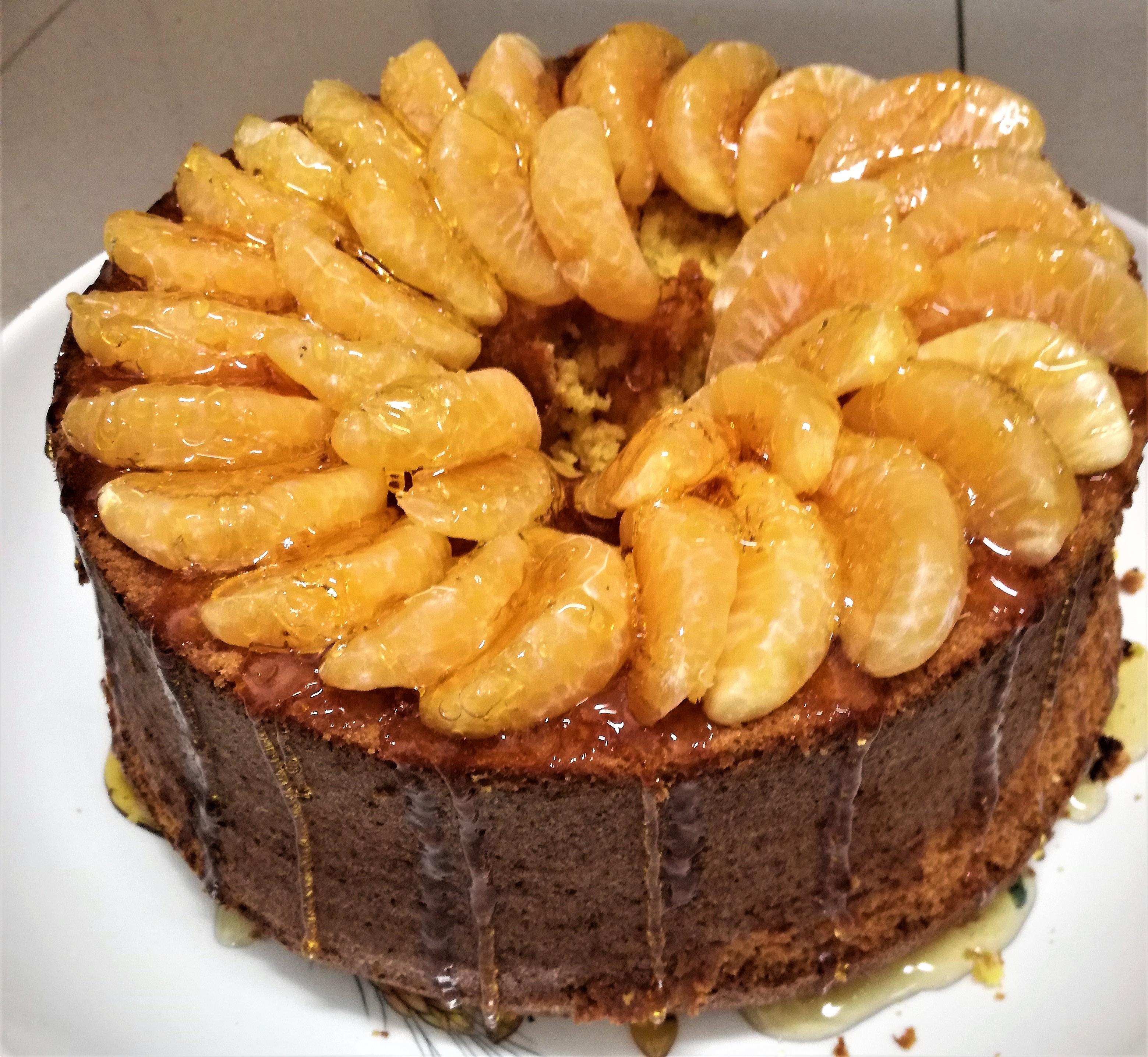 Chiffon cake mandarino e curcuma con copertura di caramello