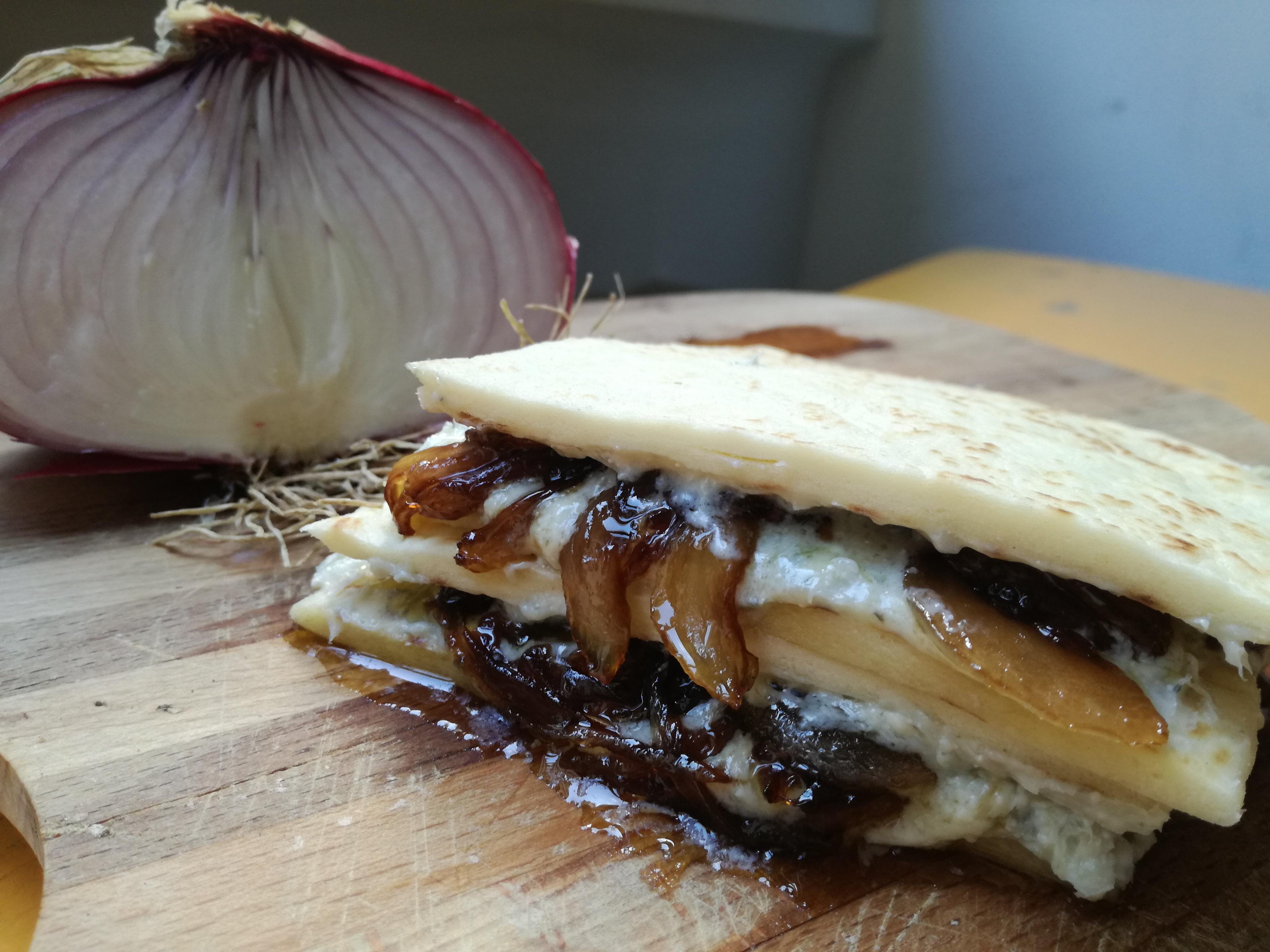 Piadina al gorgonzola e cipolla caramellata per Vamos alla Piada