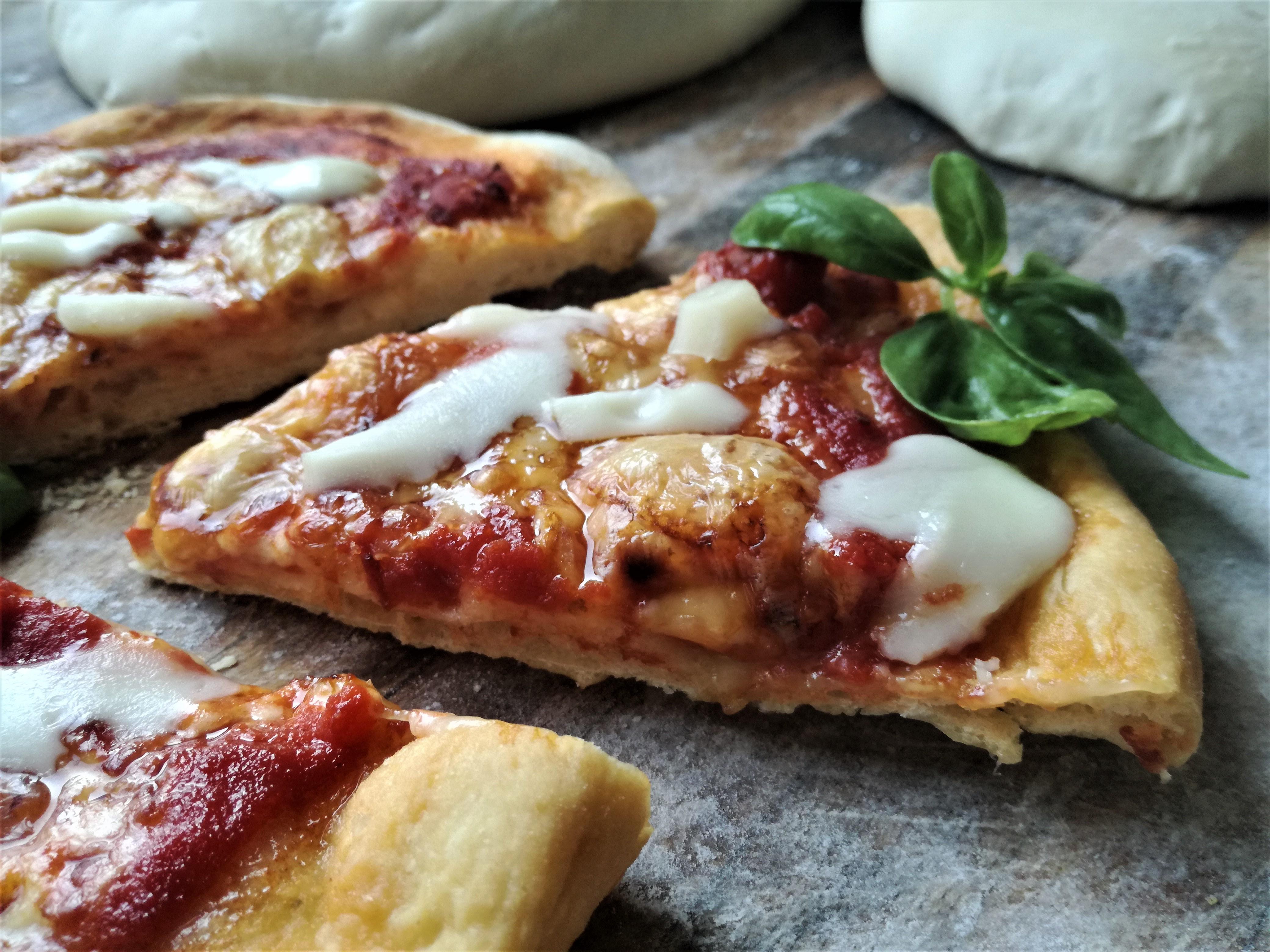 Pizza con acqua al pomodoro e basilico e formaggi del mugello
