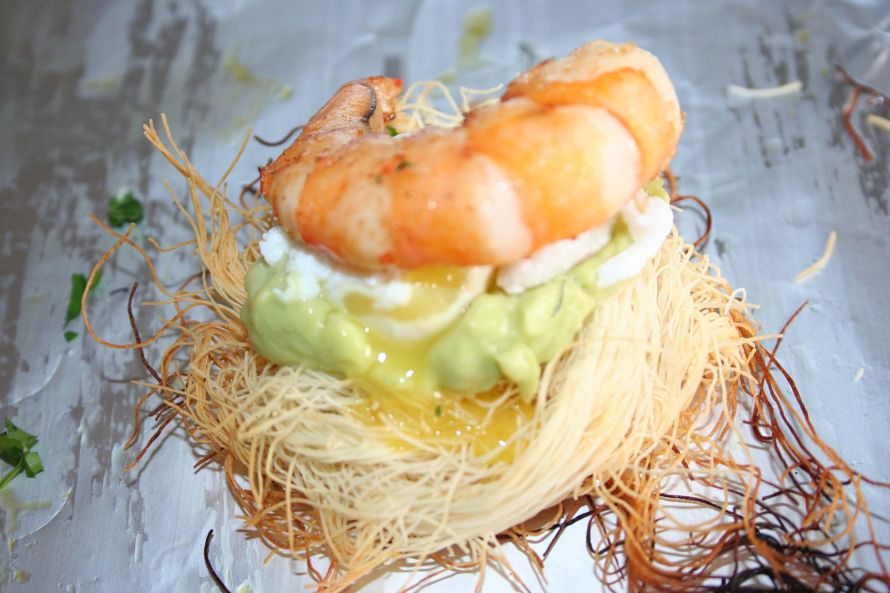 Gamberi nel nido, con salsa avocado e uovo di quaglia poché