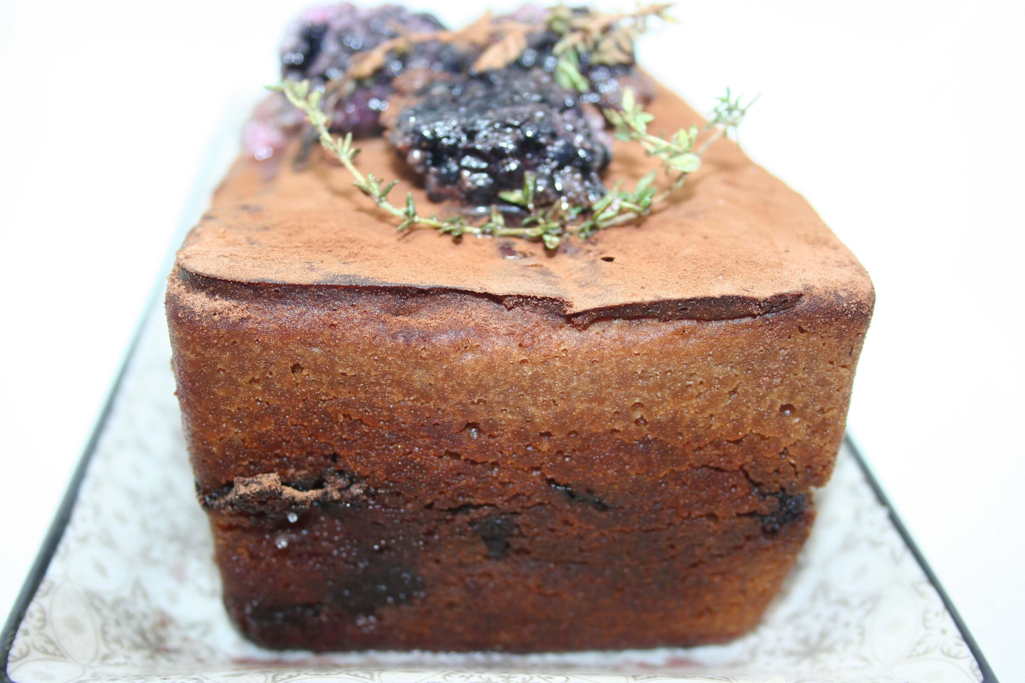 Cake al cioccolato e caffè con frutti di rovo