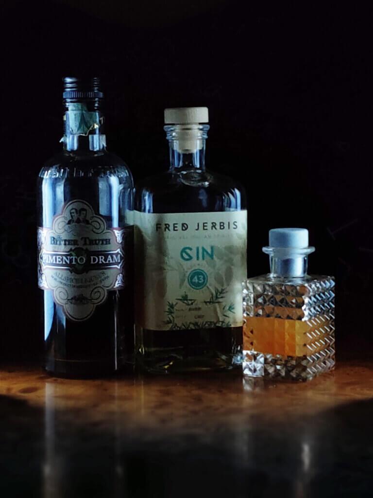 I nostri ingredienti in bella mostra insieme al tappo di sughero di Tapì group. Gin, bitter e Sherbet.