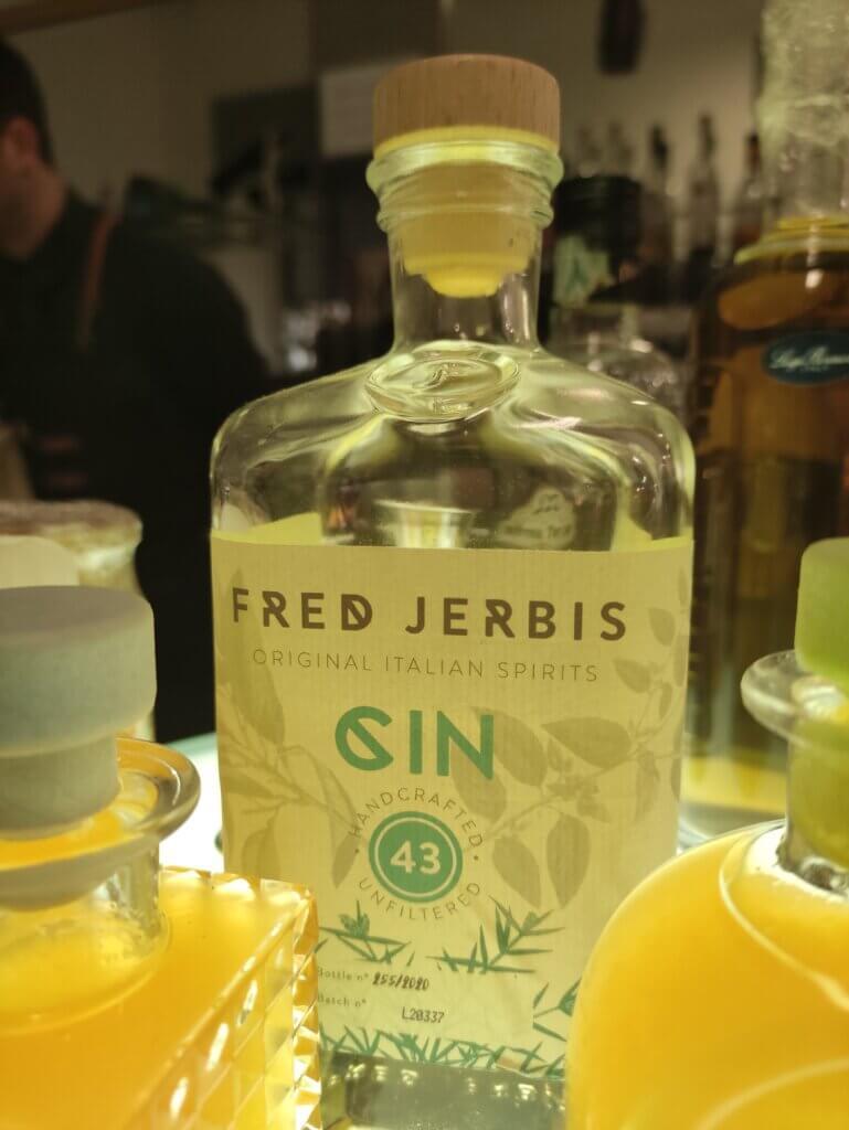 Fred Jerbis, il Gin alla base del Botanical Tea, nella sua bottiglia con tappo Tapì Group.