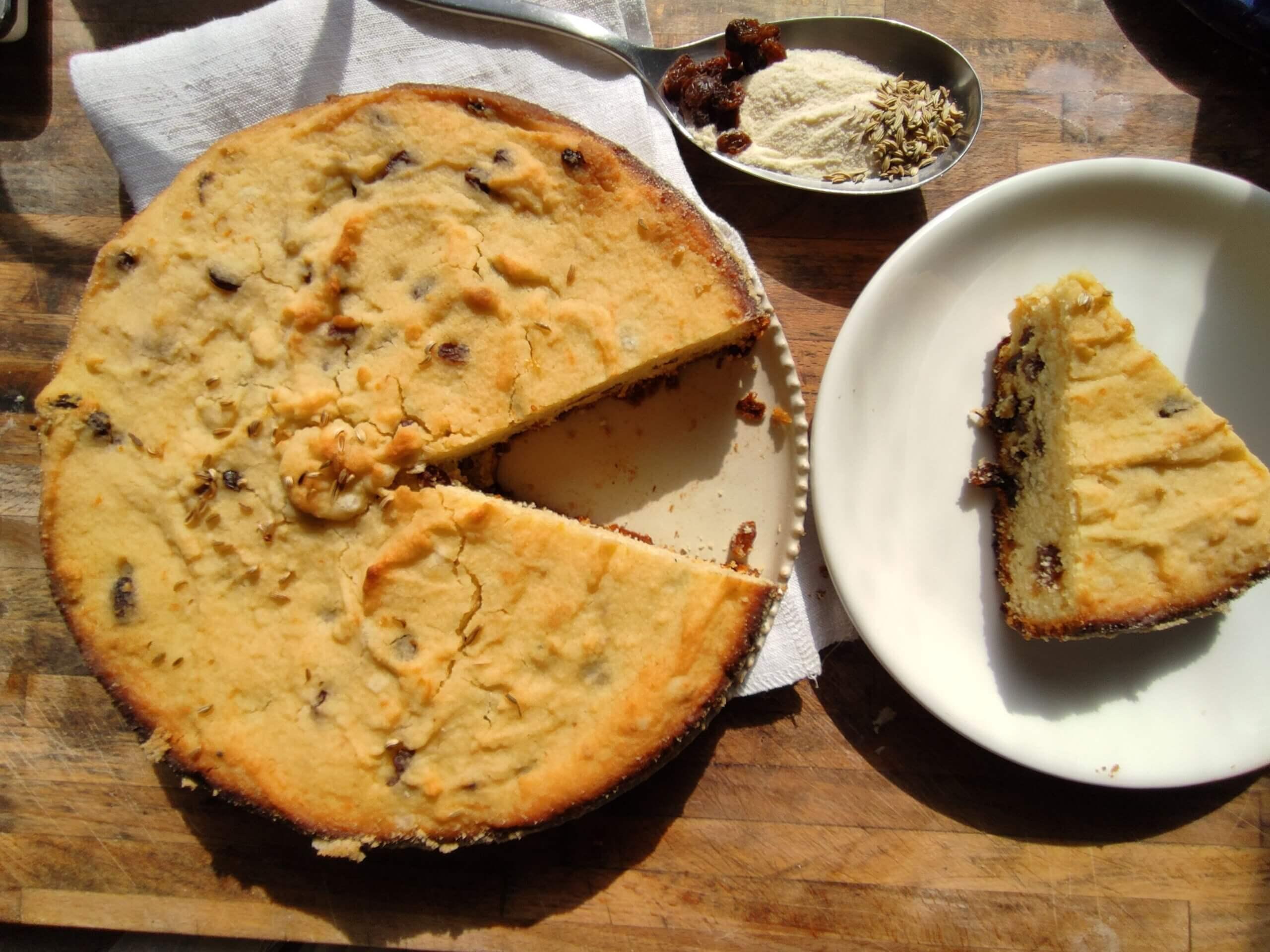 Torta di semola con semi di finocchio e uvetta
