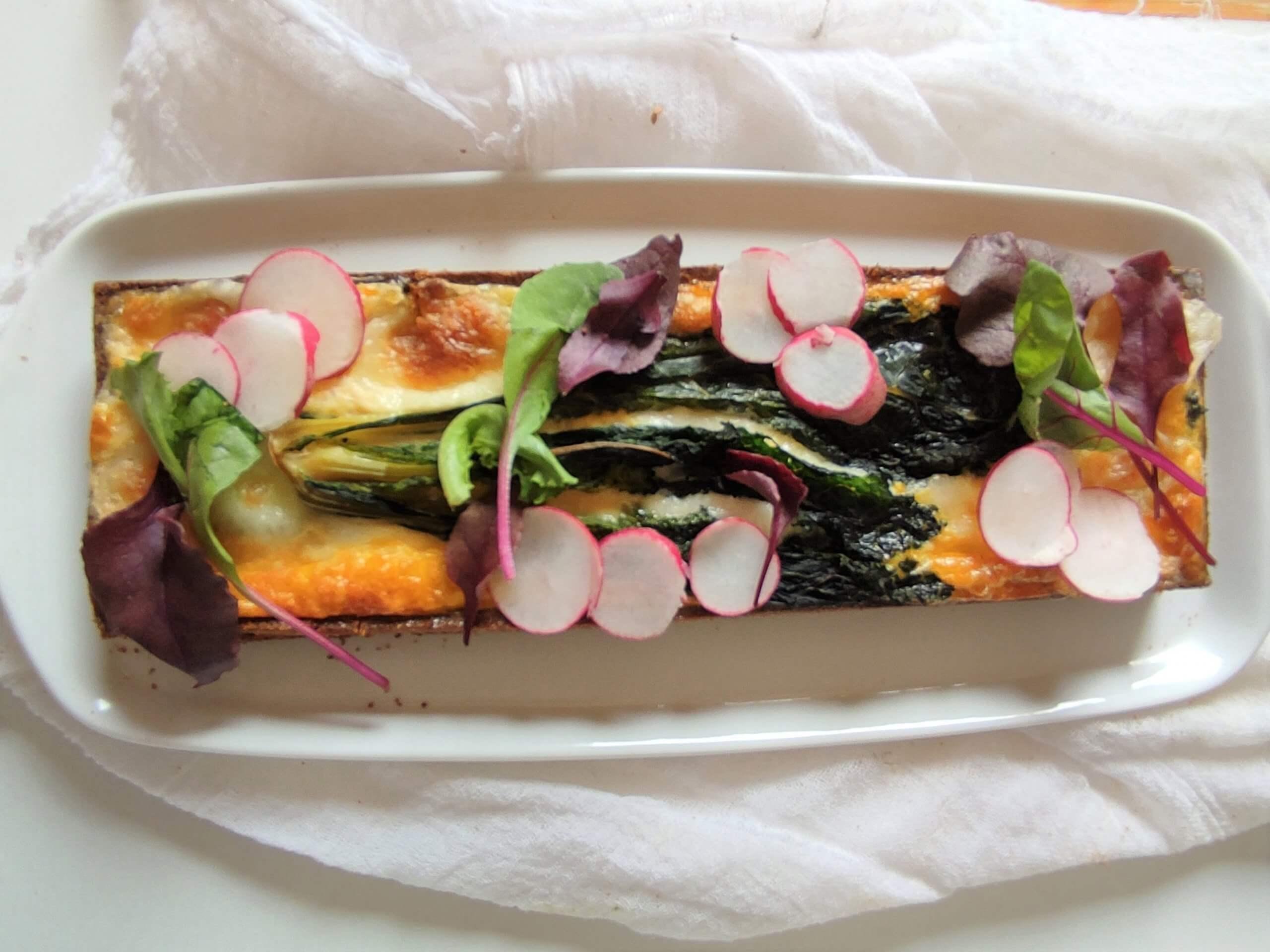Torta salata, mozzarella, cavolo nero e ravanelli.